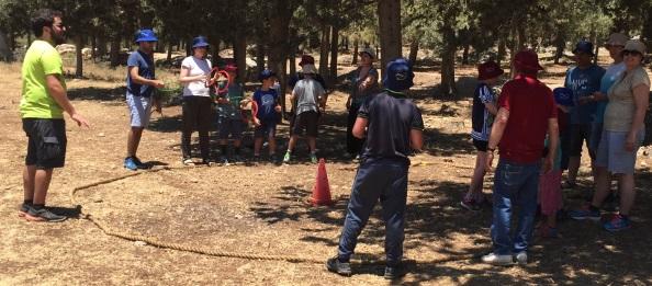 משחק הורים וילדים בפעילות ניווטבע ביער